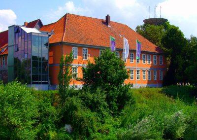Schloss Bleckede - Westfassade mit Glastreppenhaus und Turm